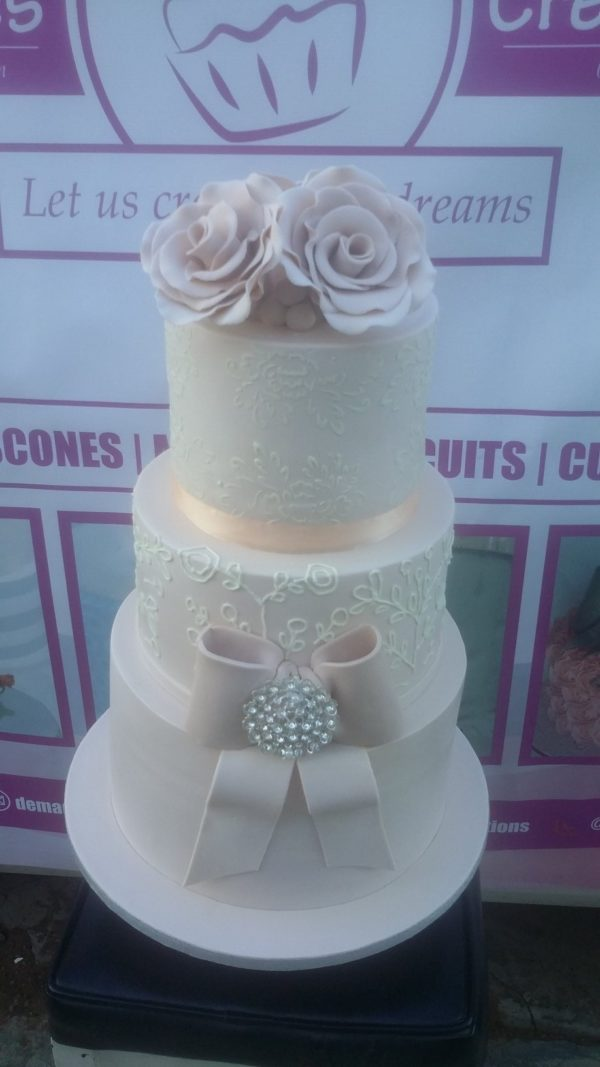 3tier Bow and Brooch wedding cake (2)